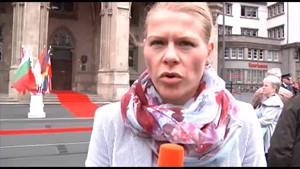 Anja auf der Lauer vor dem Rathaus