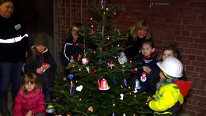Die KITA Zwergenschloss schmückt einen Weihnachtsbaum