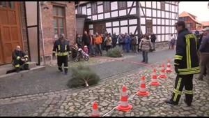 Deutschland Lokal - RFH - Weihnachtsbaum-Weitwurf